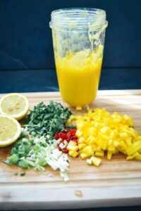 gewürfelte und pürierte Mango, Koriander, Chilischote und Koriander