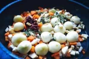Gemüse und Tomatenmark anrösten