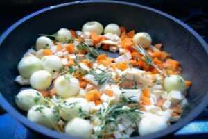 Gemüse und Kräuter anbraten