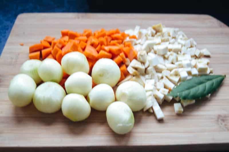 Perlzwiebeln, Karotten und Selleriewürfel