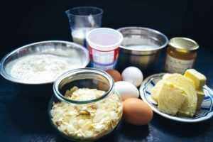 Mandeln, Sahne, Eier, Butter, Mehl und Zucker