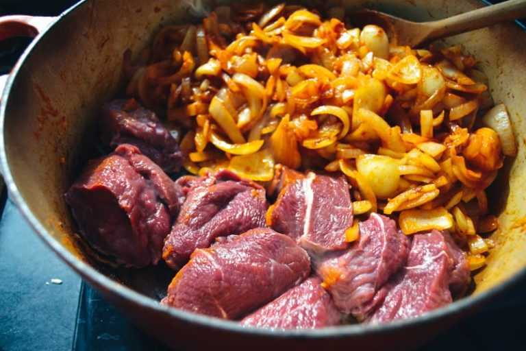 Rindfleisch anbraten mit Zwiebeln