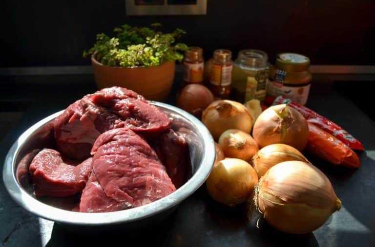 Rindfleisch, Zwiebeln, Paprika und Majoran