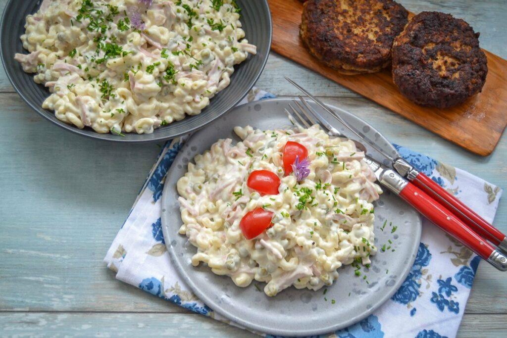 Leckerer einfacher Nudelsalat Rezept mit Mayo, Erbsen und Gurke