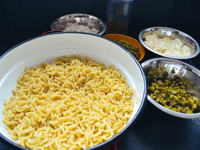 Nudeln, Erbsen, Gurken, Mayonnaise, Fleischsalat