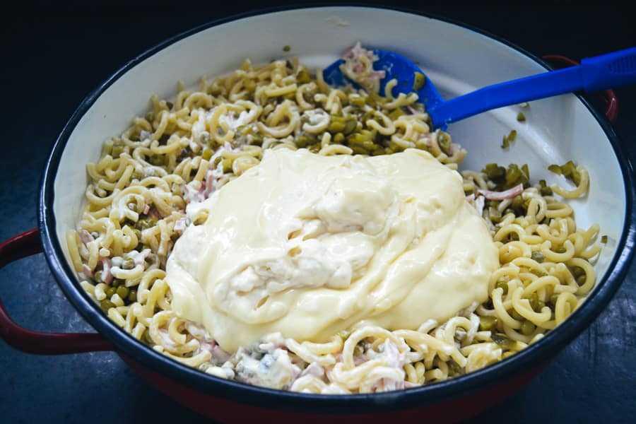 Nudeln, Erbsen, Gurke Fleischsalat und Mayonnaise für Nudelsalat vermischen