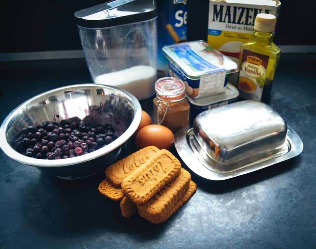 Kekse, Blaubeeren, Frischkäse, Butter, Eier und Zucker