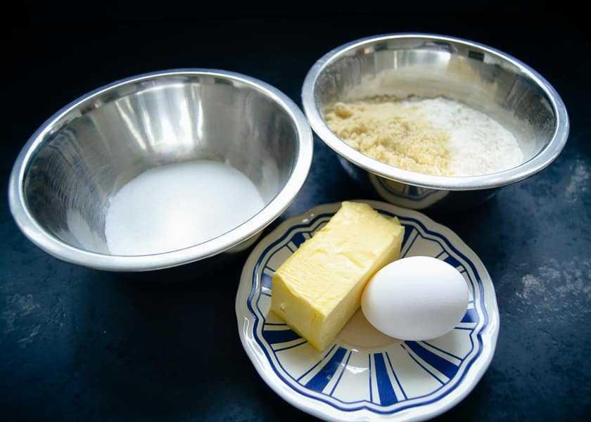 Mehl, Mandeln, Ei, Butter und Zucker