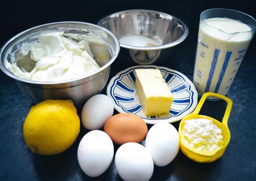 Quark, Eier, Butter, Sahne Zucker, und Zitrone