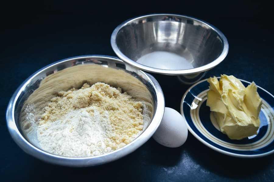 Mehl, Mandeln, Butter, Ei und Zucker