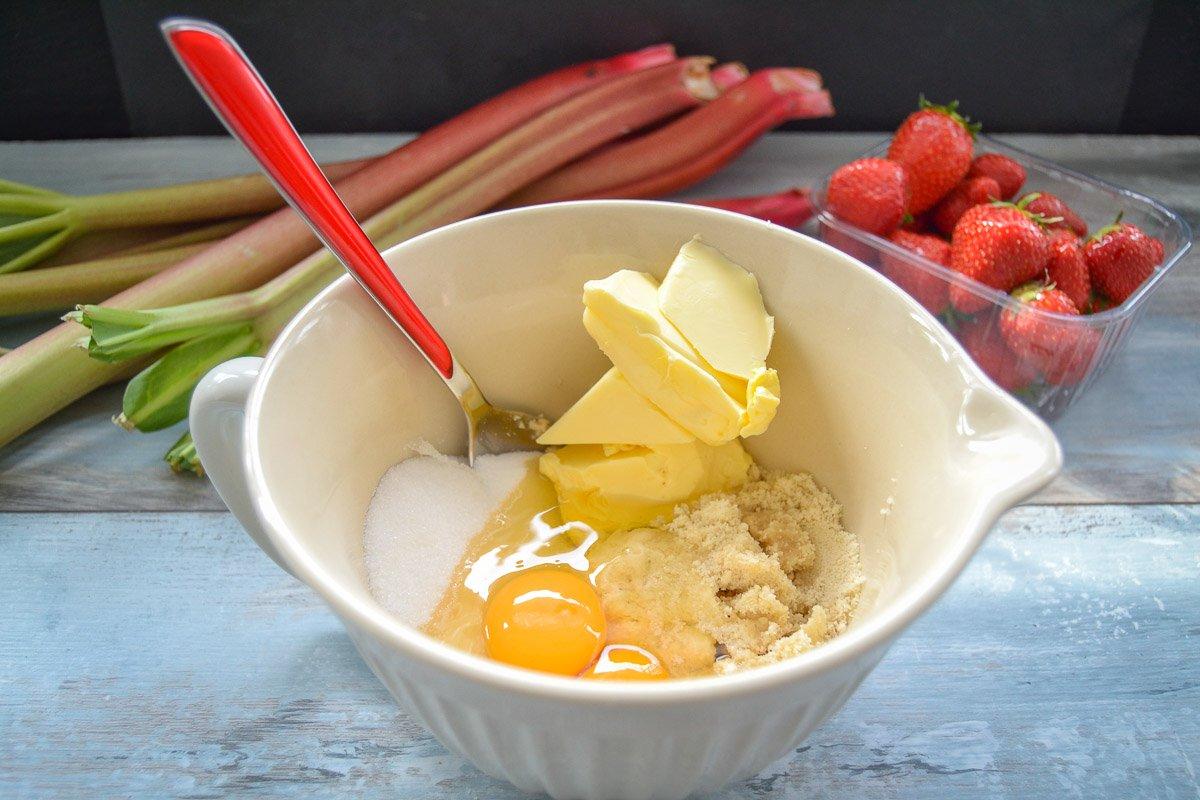 Mandelcreme mit gemahlene Mandeln, Zucker, Butter und Eier