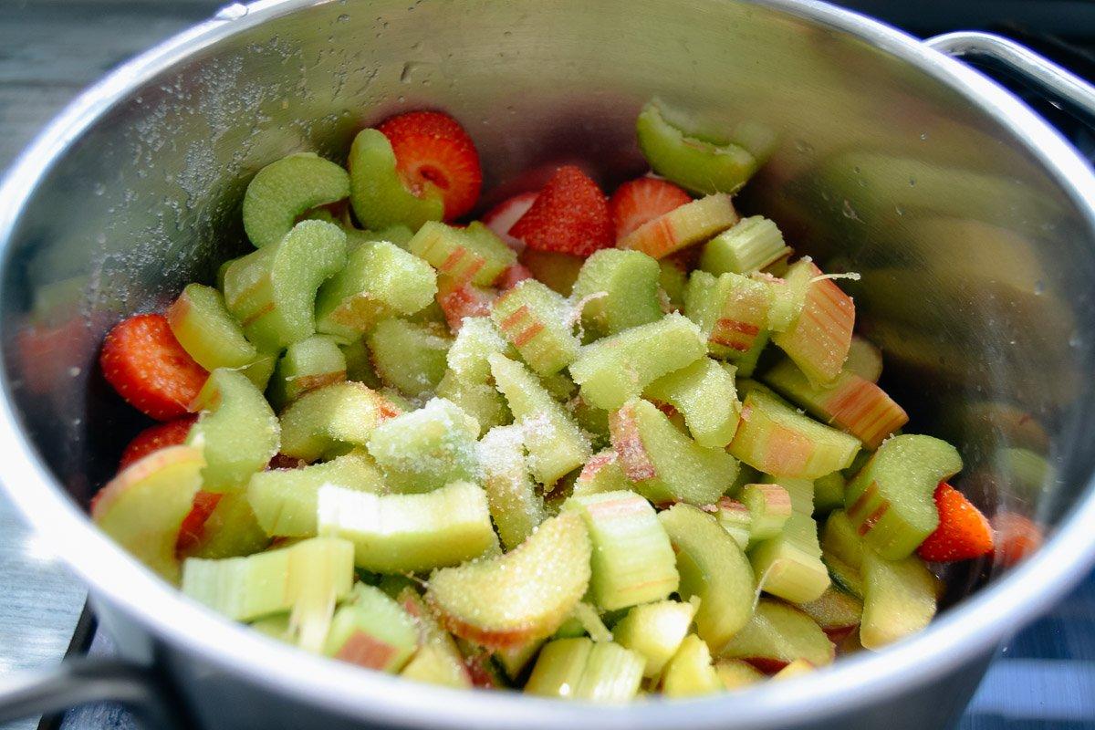 Rhabarber und Erdbeeren kochen