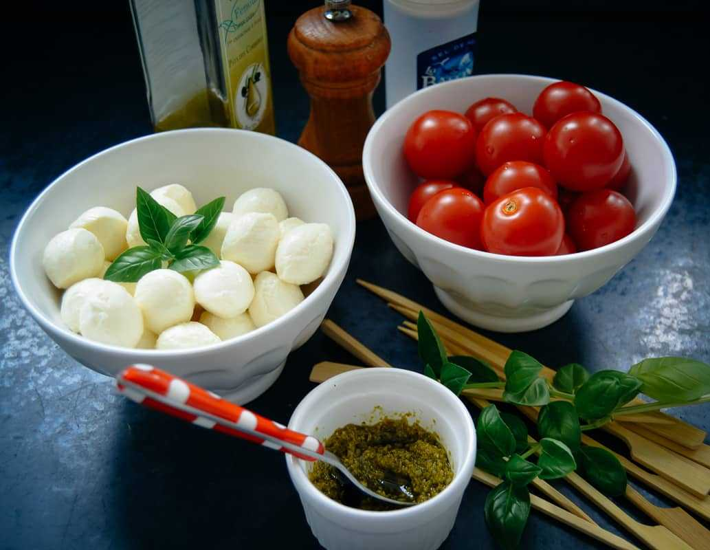 Tomaten, Mozzarella, Basilikum und Pesto