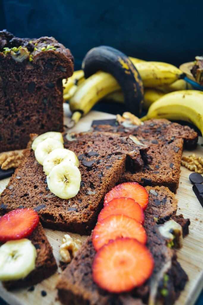 Bananenbrot Rezept mit Schokolade, Walnüssen, Erdbeeren