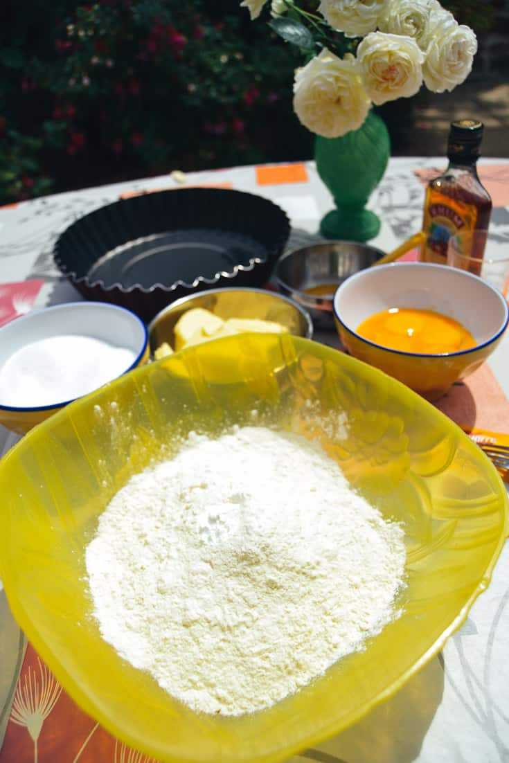 Mehl, Zucker, Butter und Eigelb für Butterkuchen