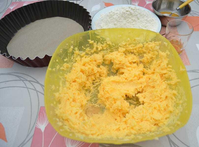 Butter und Zucker verrühren