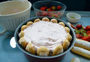Erdbeer Tiramisu Dessert mit Löffelbiskuit und Quarkcreme schichten