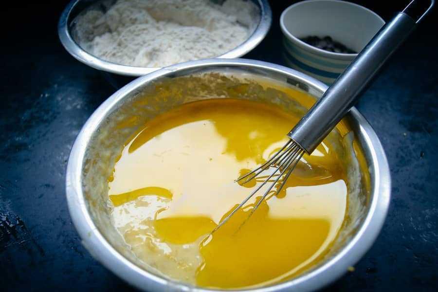 Zerdrückte Bananen und flüssige Butter verrühren