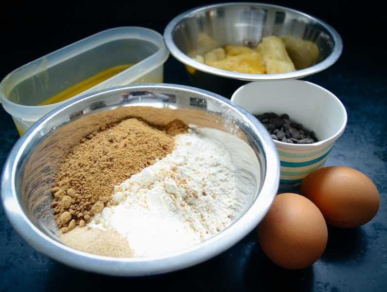 Mehl, Zucker, Eier, Butter und Schokodrops