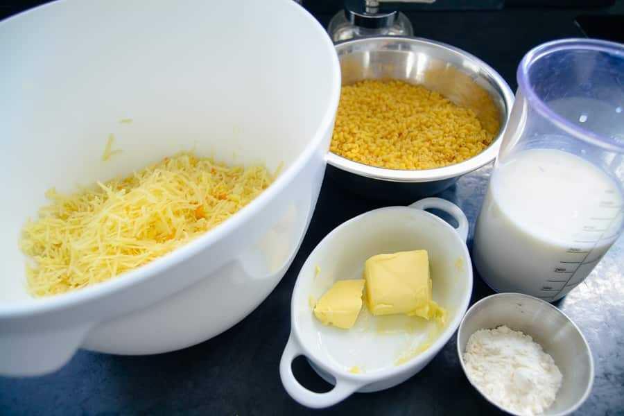 geriebener Käse Butter, Mehl und Milch