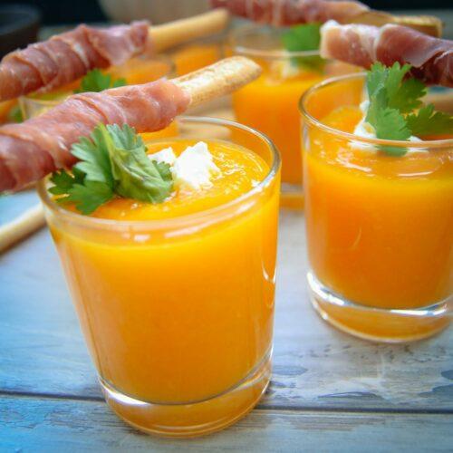 kalte Suppe mit Melone und Seranoschinken