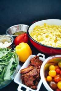 Farfalle Nudeln, Rucola, Tomaten, Mozzarella Paprika und Pesto