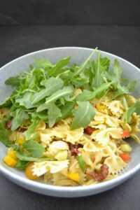 Rucola Farfalle Nudeln und Tomaten