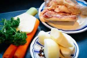 Suppenhuhn, Lauch, Petersilie, Sellerie und Möhren.