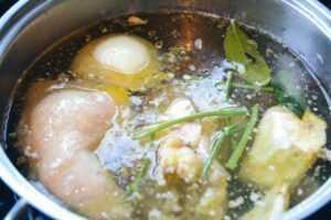 Hühnerbrühe kochen
