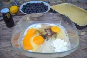 Eier , Creme Fraiche, Vanillezucker, Mandeln und Stärke