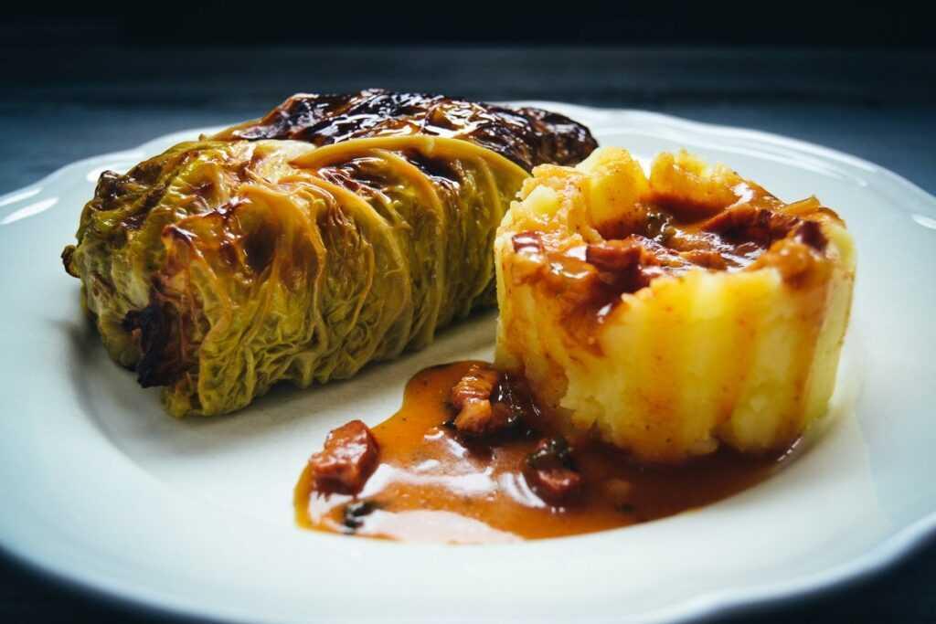 Kohlrouladen mit Kartoffelpüree und Sauce