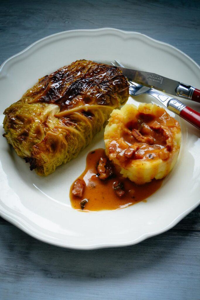 Wirsingrouladen mit Kartoffelpüree und Sauce