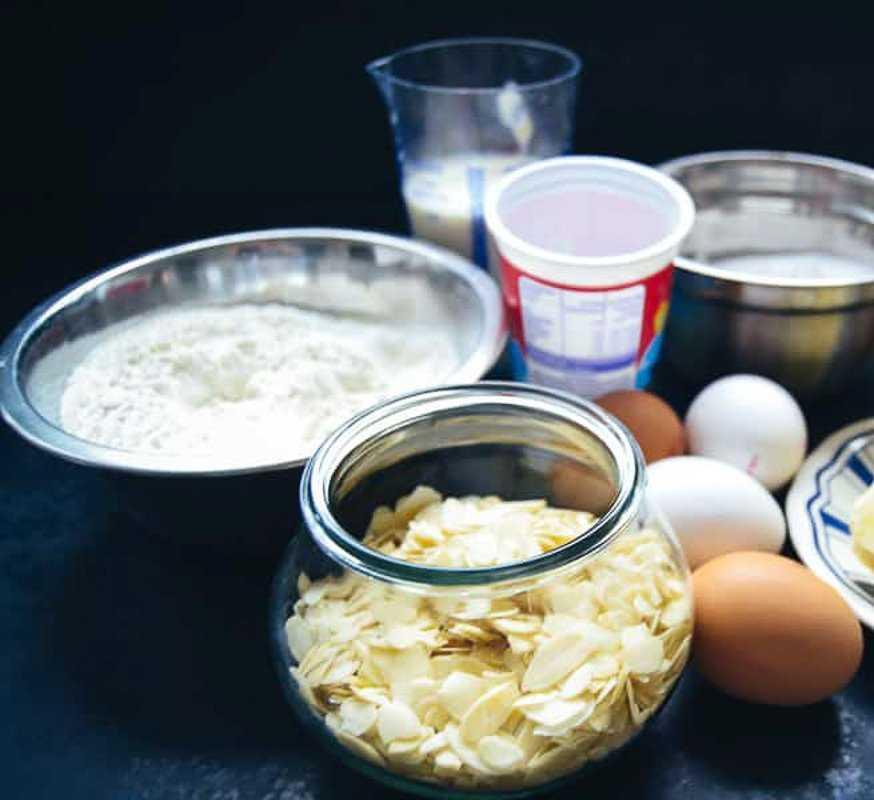 Mehl, Kirschen, Mandeln, Eier, Sahne, Zucker