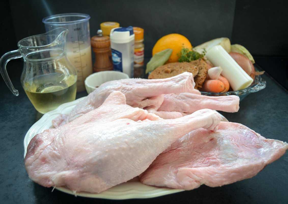 Gänsekeulen, Wein, Brühe Suppengemüse und Lebkuchen