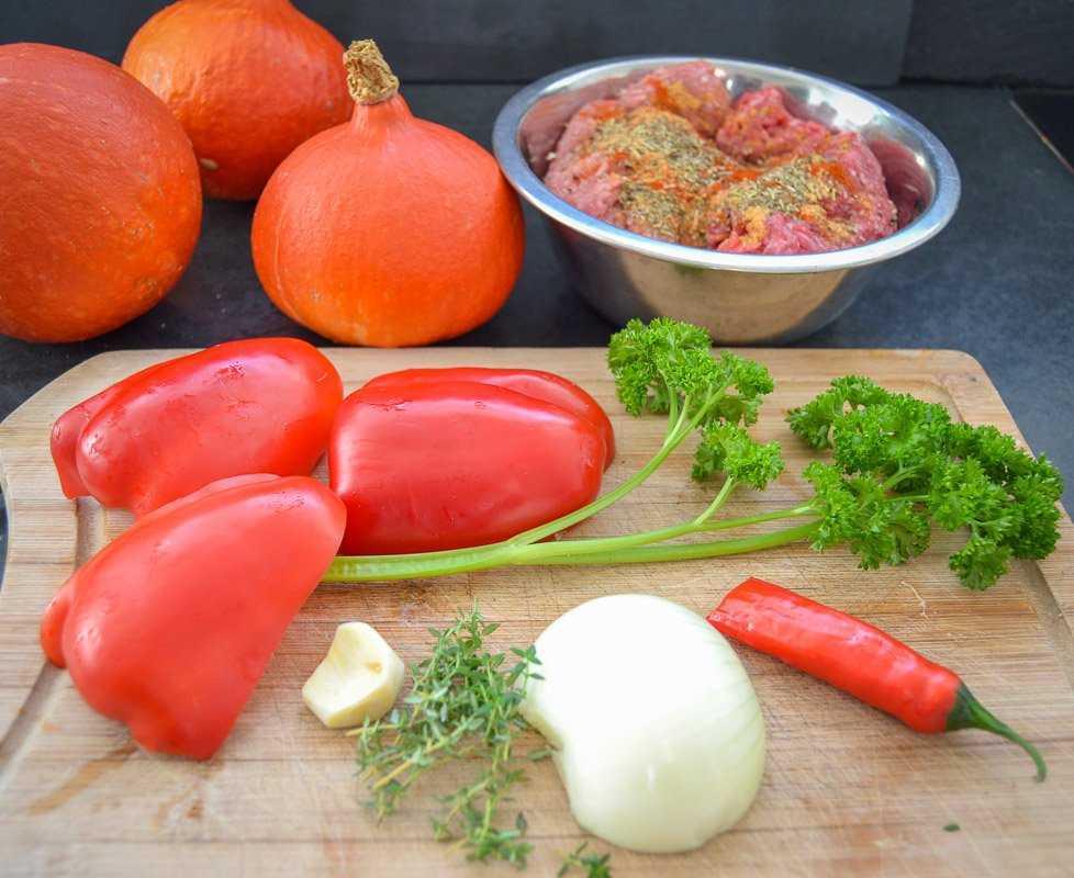 rote Paprikaschote, Petersilie, Zwiebel, Thymian Chilischote und Knoblauch
