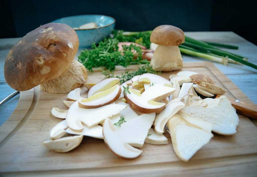 Frische geschnittene Pilze, Lauchzwiebel, Schalotten, Knoblauch und Thymian