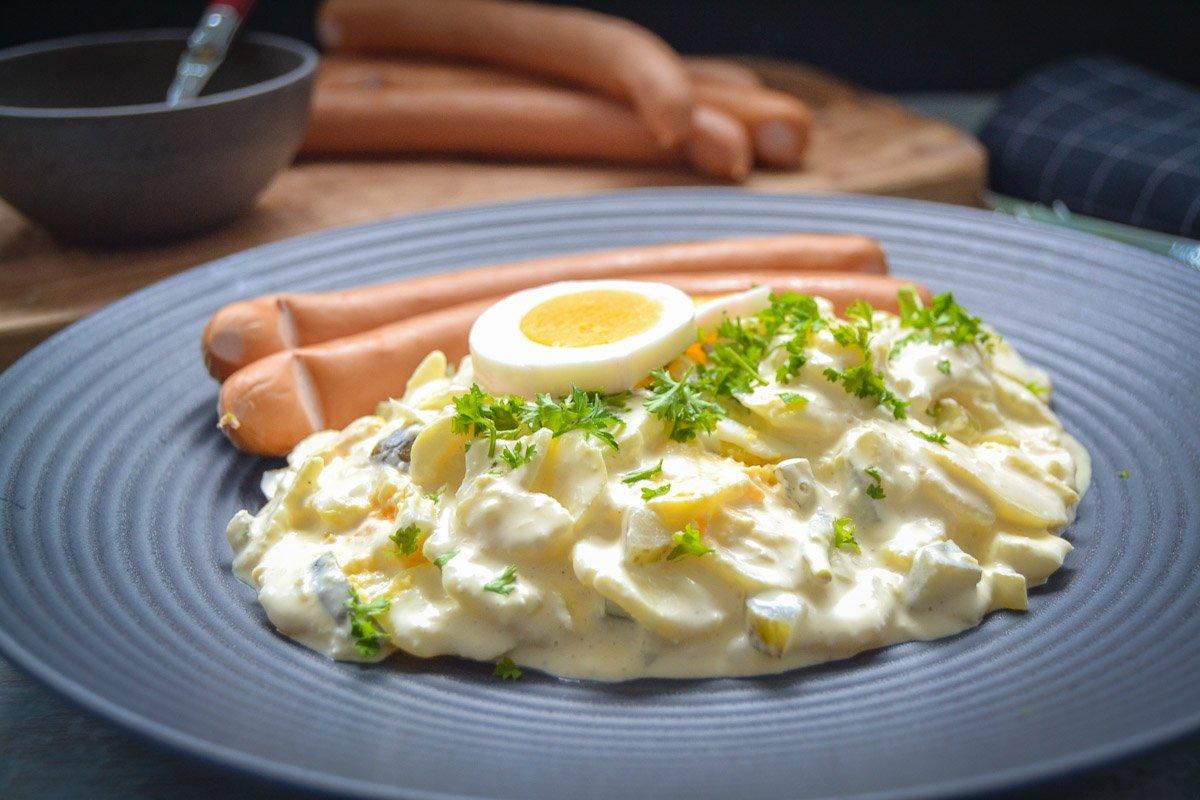 Omas Kartoffelsalat mit Ei, Gurke und Mayonnaise