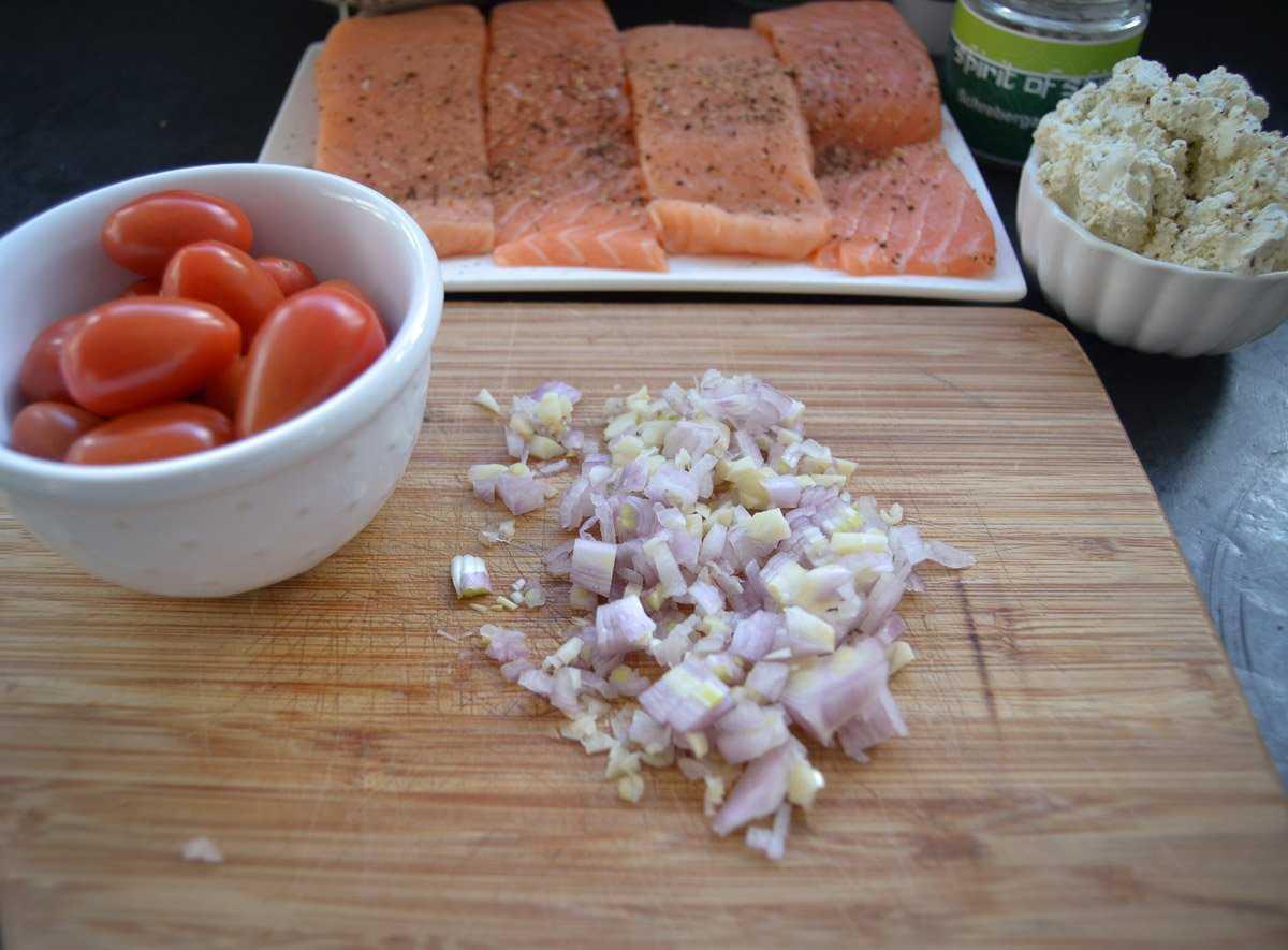 Zutaten Cherry Tomaten gewürfelte Schalotte und Knoblauch