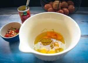 Eier, Tomatenwürfel , Lauchzwiebel und Gewürzmischung