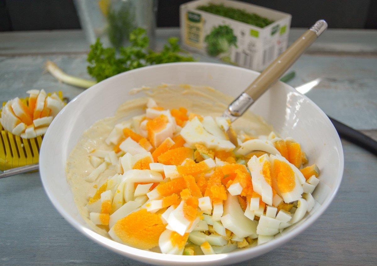 gekochte Eier mit Schmand und Mayonnaise