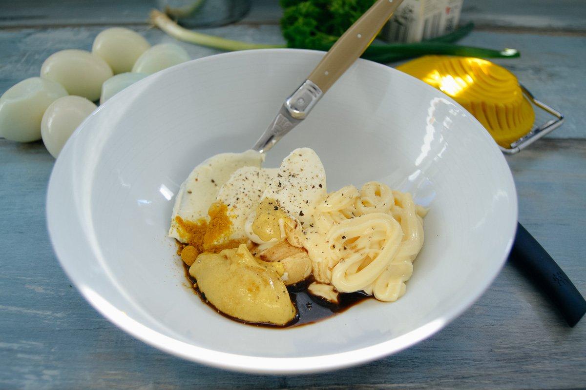 Schmand, Mayonnaise, Senf, Salz und Pfeffer, Worcestersauce