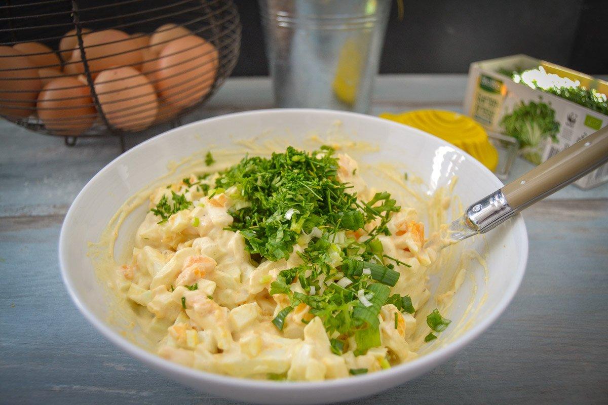 Salat mit Eiern, Schnittlauch und Schmand