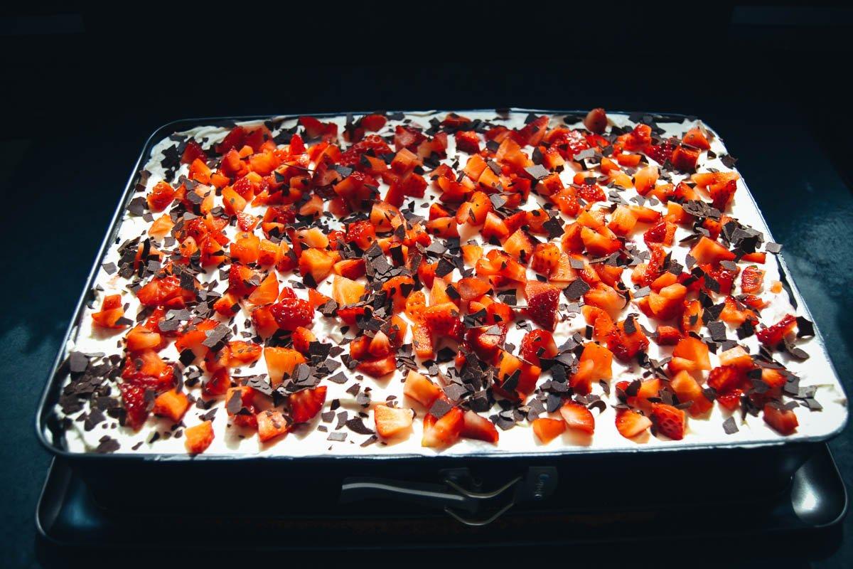 Blechkuchen mit Erdbeeren und Sahne
