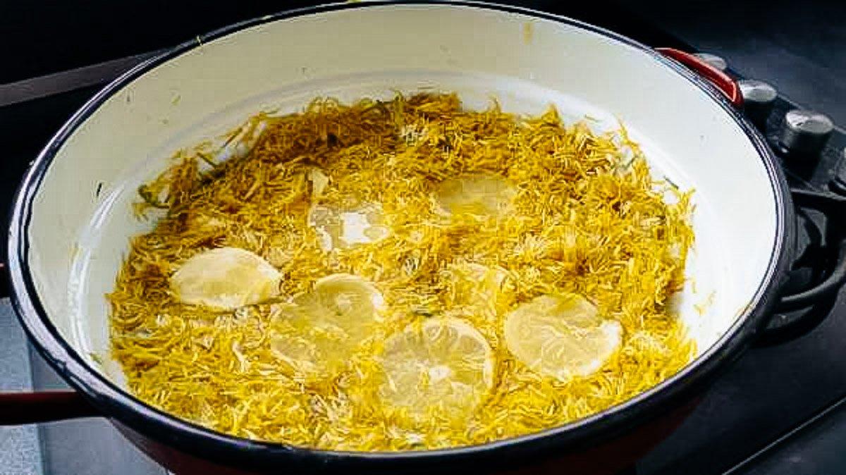 Blütenblätter mit Zitronenscheiben