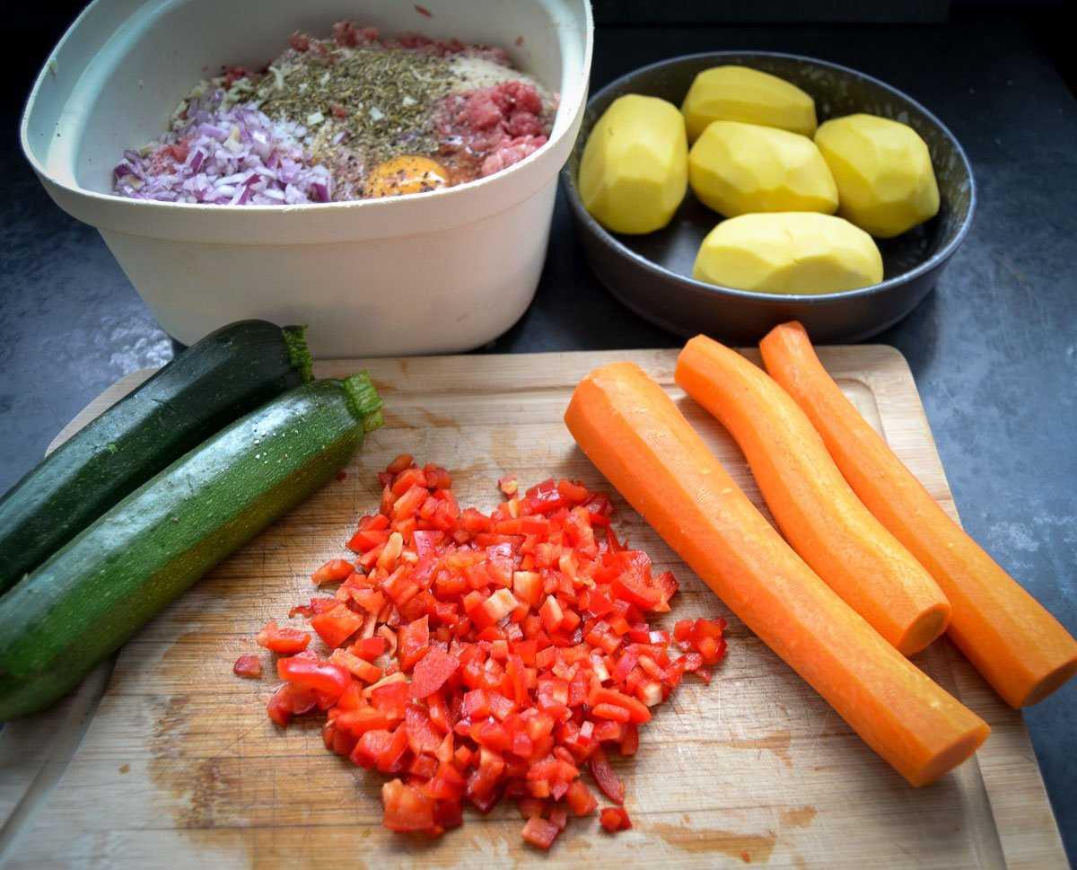 Hackfleisch, Karotten, gewürfelte Paprika, Zucchini,