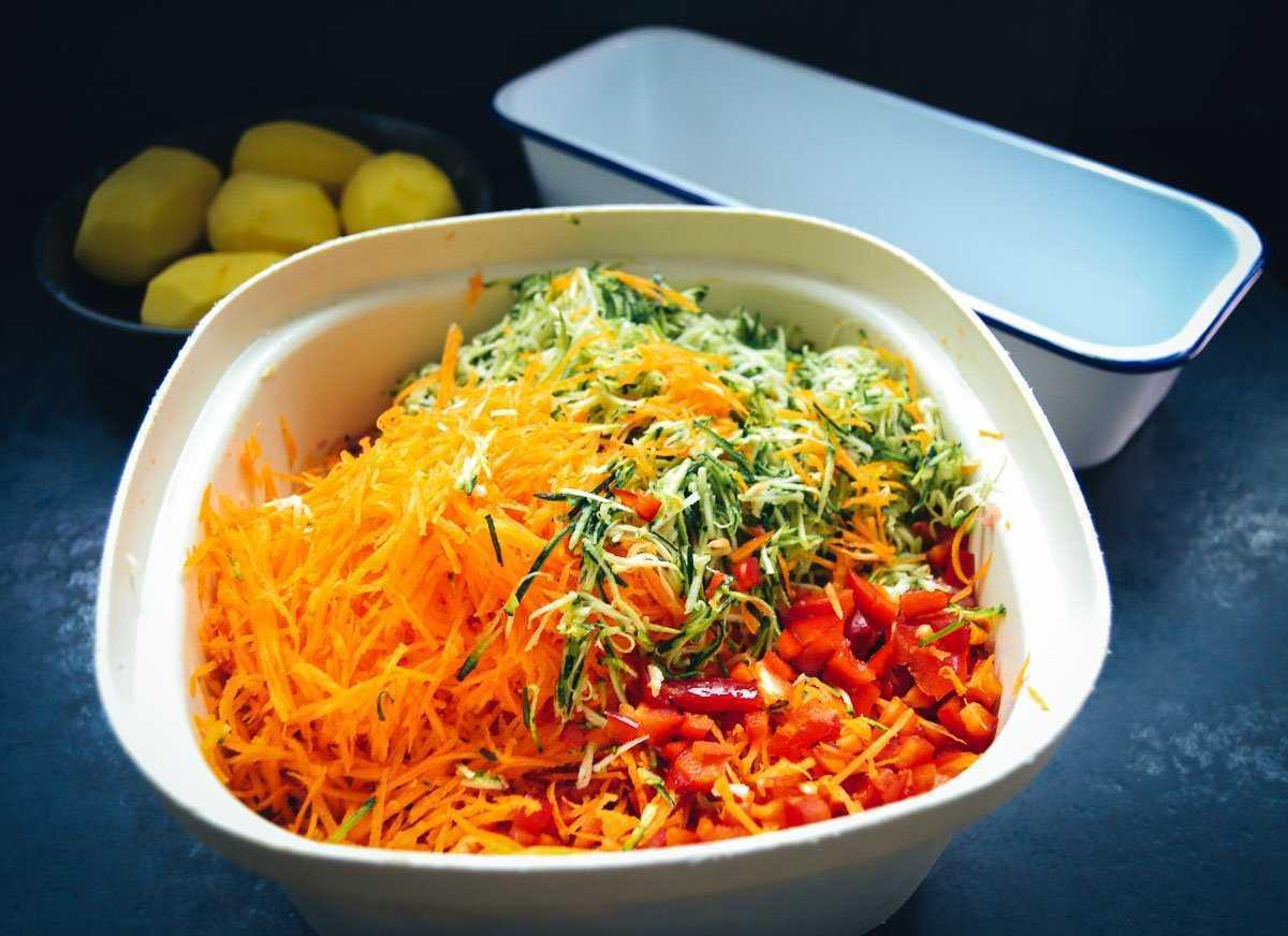 geraspelte Karotten, Zucchini und Paprikawürfel