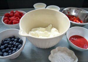 Zutaten für die Quarkcreme, Blaubeeren, Erdbeermus, Himbeeren Zucker
