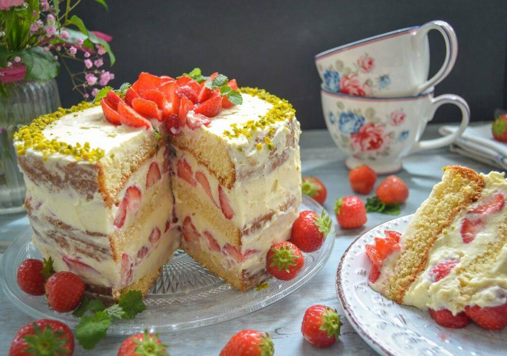 Erdbeerkuchen leckerer Biskuitboden mit Vanillepudding und frischen Erdbeeren