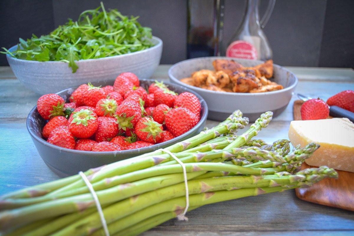 Zutaten Spargel, Hähnchenbrust Erdbeeren und Rucola
