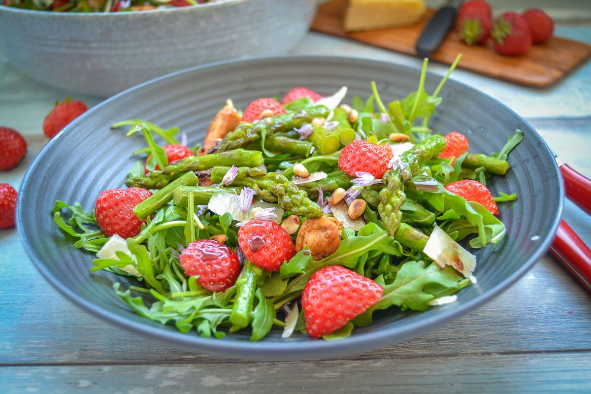 Grüner Spargelsalat mit Erdbeeren